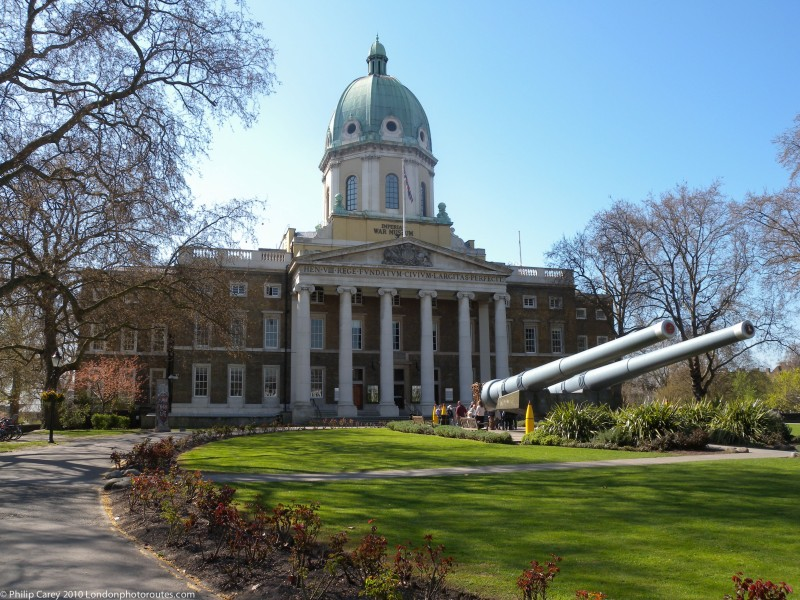 15 inch Guns in from of the entrance to the IWM