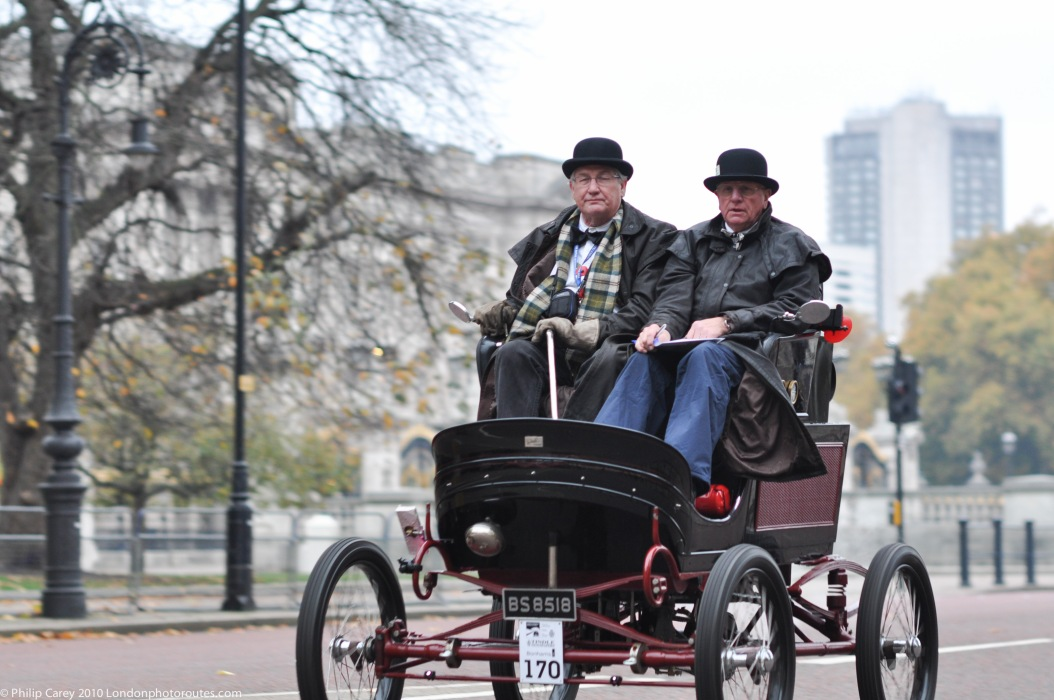 Passing the Buckingham Palace - Veteran Car