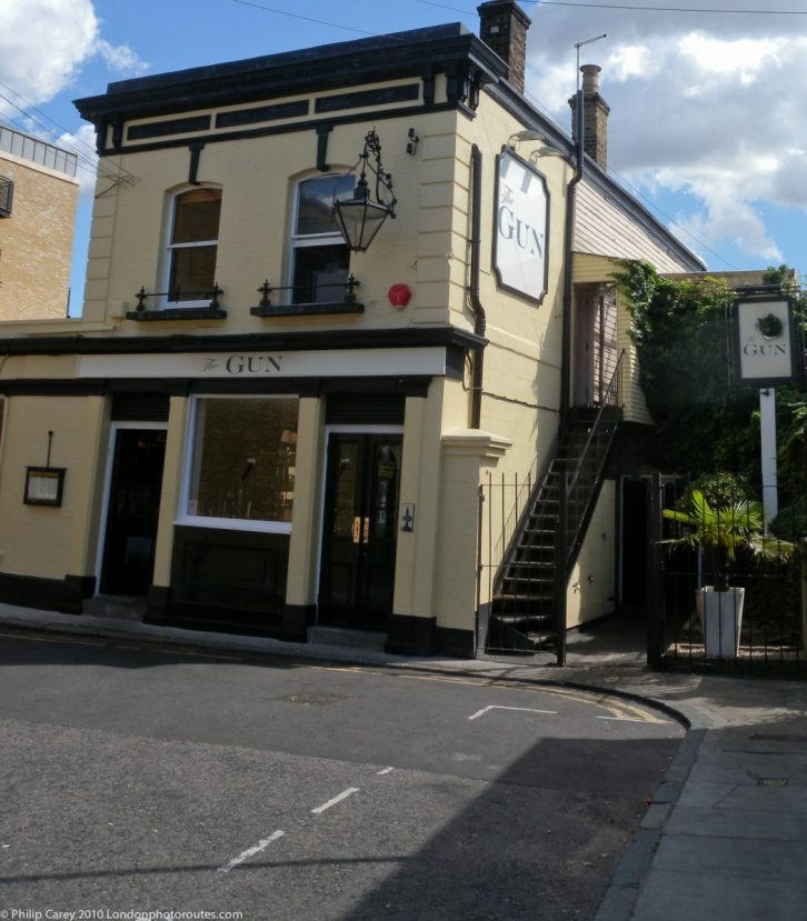 London Runs and Photo Routes - Gun Pub of Prestons Road - with grat views across the Thames to the Dome.