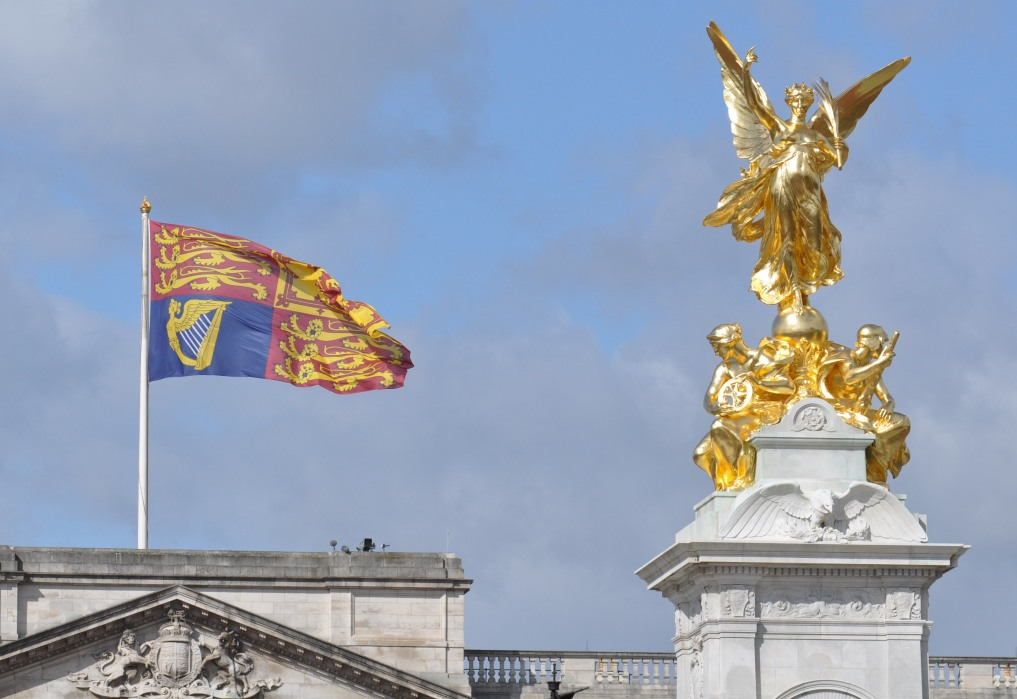 Flag at Buckingham palace and Queen Victoria Memorial
